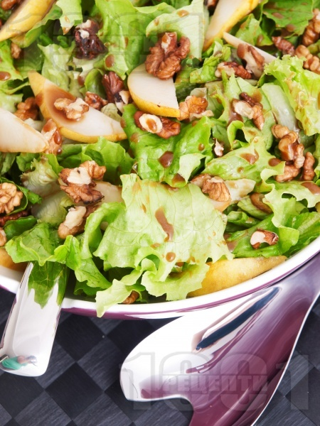 Зелена салата с орехи, круши и специален дресинг - снимка на рецептата